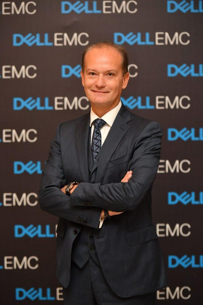 """VERİYİ, EKONOMİK BİR DEĞERE DÖNÜŞTÜRÜN  FOTO ALTI: Dell EMC Türkiye Ülke Müdürü Sinan Dumlu  Büyük veri; veri ve analitiğin benzersiz özelliklerinden yararlanarak ekonomik değerler yaratmak üzere veriyi dijital varlık olarak kullanmak. Bu durum da, Dell EMC Türkiye Ülke Müdürü Sinan Dumlu'nun tabiriyle veriyi yatırım yapılabilecek güçlü bir varlık haline getiriyor. Verilerin ve analitiğin dijital varlıklar olarak ekonomik özelliklerini anlamak ise verileri paraya dönüştürmenin ilk adımı. Günümüzün ve geleceğin en değerli şirketleri, yeni değer kaynaklarının türetilmesi ve kullanılması için yapay zeka, makine öğrenimi, derin öğrenme gibi açılardan büyük veriye hakim kuruluşlar olacak. Yapay zeka gibi yükselişte olan teknolojiler hayatımızı, iş yaşamını önümüzdeki 10 yıl içerisinde büyük ölçüde dönüştürecek. """"Dell Technologies'in 2030 araştırmasına göre, dünya çapındaki 3 bin 800 liderin yüzde 80'i önümüzdeki 5 yıl içerisinde AI teknolojilerine yatırım yapacağını açıkladı"""" bilgisini veren Sinan Dumlu, şöyle devam etti: """"Türkiye'deki işletmelerin de önemli ölçüde yeni trendleri yakından takip ettiğini, bu trendleri kendi bünyelerinde uygulayabilmek için arayışta olduğunu gözlemliyoruz. Farkındalık düzeyi henüz gelişmiş ekonomidekiler kadar olmasa da yapay zekanın konuşulduğu tüm platformlar ve çözümler işletmeler için ilgi çekici oluyor. Yapay zeka, bundan sonraki tüm verinin yönetilmesinde başrolü oynayacak. Yapay zeka, büyük veri ve makine öğrenimi arasındaki ilişki ışığında, işletmelerin öncelikle makine öğreniminde belirli bir noktaya gelmesi, daha sağlam temeller üzerine oluşturulmuş bir yapay zeka stratejisi anlamına gelecek."""" IoT temel olarak yaşamımızı, şirketlerin nasıl işletildiğini ve dünyanın nasıl çalıştığını değiştirirken, Dumlu'nun verdiği bilgiye göre, Dell Technologies de IoT ve yapay zekanın bir araya geldiği dağıtık bilişim mimarisini baştan uca bağımsız bir ekosistem içerisinde sunuyor. IoT yeni fırsatlar doğuruyor, ancak bu fırsatları değerlendireb"""