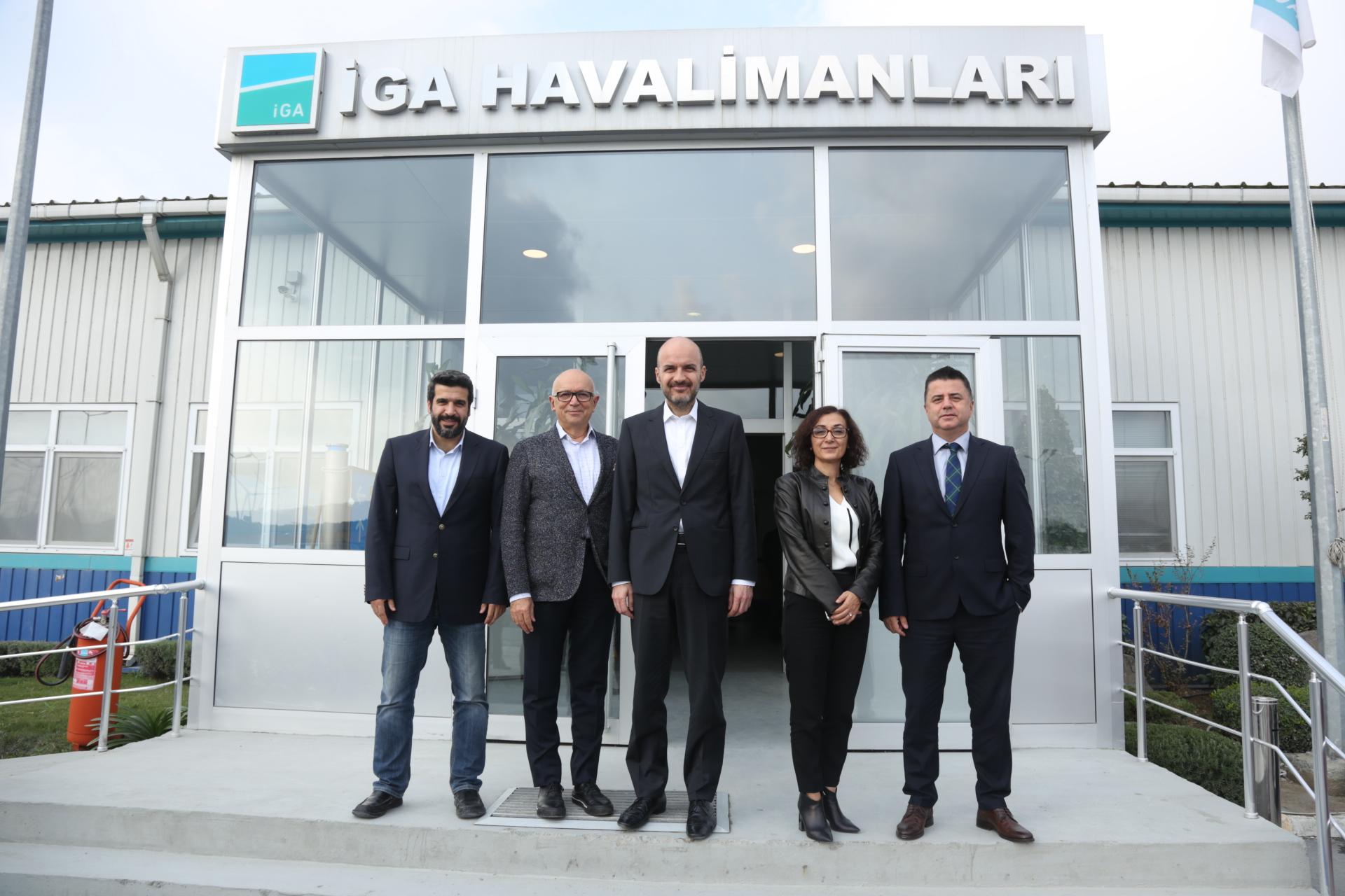 Soldan sağa: Ersin İnankul (İGA CIO), C. Müjdat Altay (Netaş CEO), Kadri Samsunlu (İGA Genel Müdürü ve İcra Kurulu Başkanı), Selda Parın (Netaş Kurumsal Sektör Genel Müdürü), Bilgehan Çataloğlu (BDH Genel Müdürü)