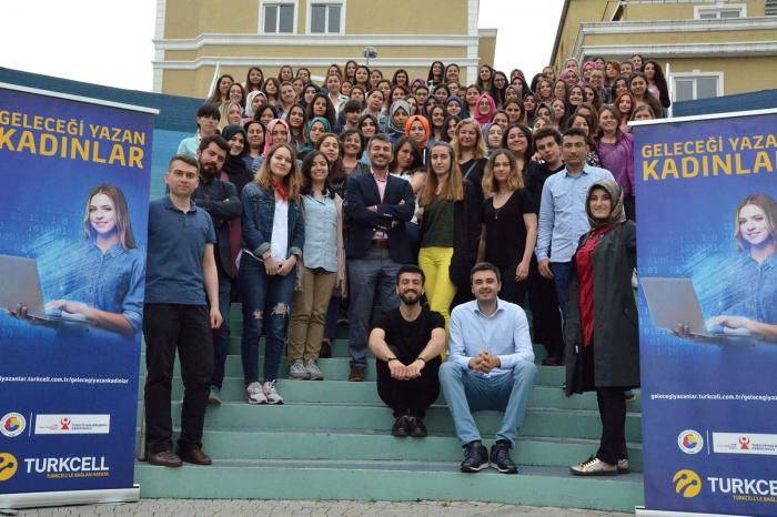 """Türkiye'nin en büyük kadın yazılım platformu """"Geleceği Yazan Kadınlar"""" yeni döneme başlıyor"""