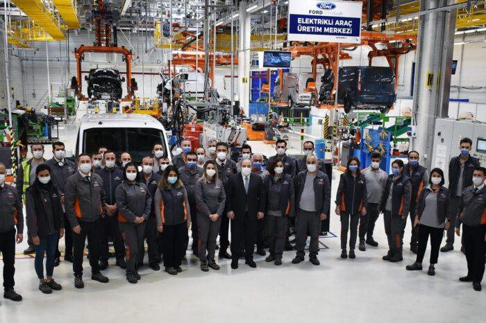 Sanayi ve Teknoloji Bakanı Varank, Ford Otosan'ın Kocaeli'deki yeni yatırım çalışmalarını yerinde inceledi ve  elektrikli araç yatırımlarını çalışanlardan dinledi